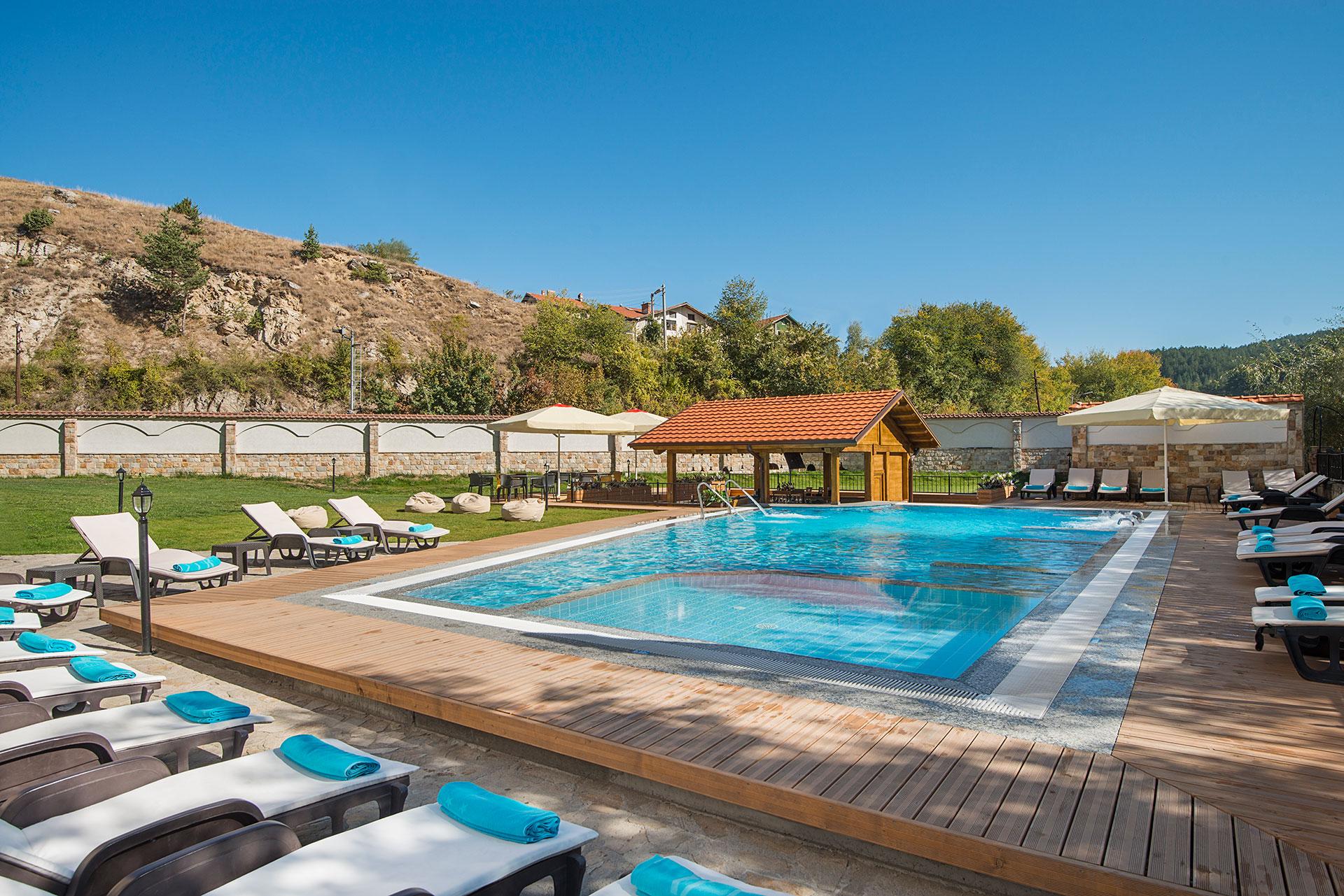 Акватоничен външен басейн с вграден бар в Балнео Хотел Свети Спас Велинград