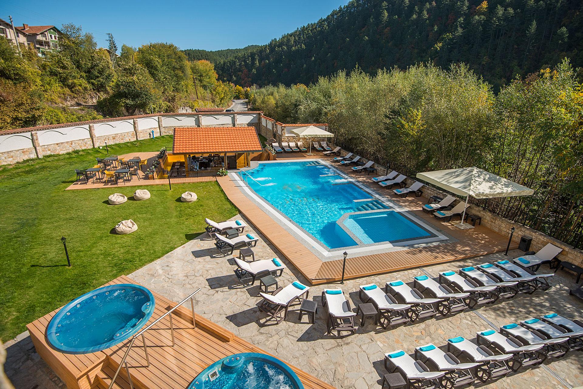Акватоничен външен басейн с вграден бар сред девствената природа, заобикаляща хотел Свети Спас Велинград